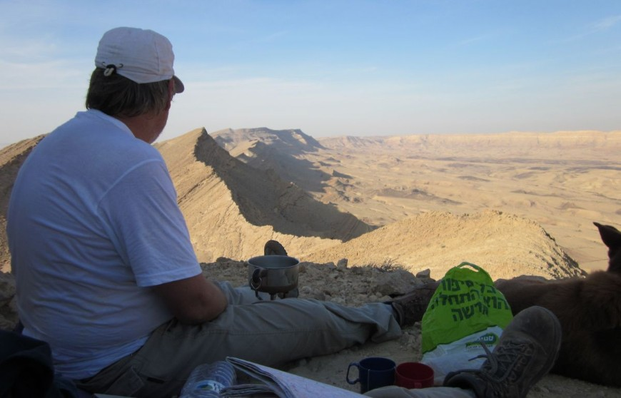 Don making breakfast tea with a view of the Machtesh HaGadol ( המכתש הגדול)