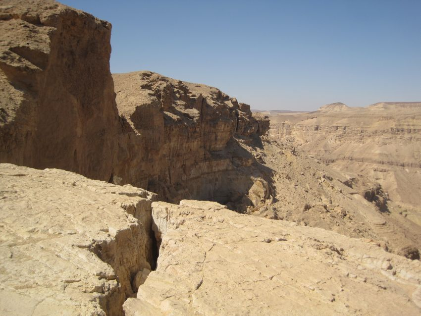 Cracks in the cliff near the Yamin Ascent מעלה ימין